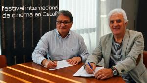 L'alcalde de Roda de Berà, Pere Virgili, signa el conveni de col·laboració amb el director del FIC-CAT, Antonio Barrero.