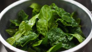 Las verduras de hoja verde, como las espinacas, son uno de los alimentos ricos en vitamina K.