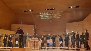 L'ensemble O Vos Omnes amb el seu director Xavier Pastrana, a l'Auditori Josep Carreras