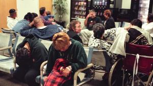 Les imatges de sales d'espera plenes de gent són cada vegada més comuns