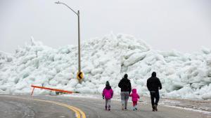 Les onades glaçades han colpejat les carreteres que recorren els marges dels llacs nord-americans