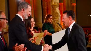Matías Prats rep el premi de cultura de la mà del rei Felip