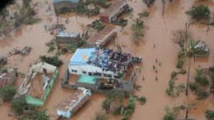 Moltes poblacions segueixen inundades i incomunicades