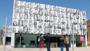 Pla general de la façana del Centre d'Art Lo Pati d'Amposta amb els retrats de #mosmirem