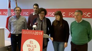 Rosa Maria Ibarra, alcaldalbe del PSC de Valls amb alguns membres de la llista electoral de cara a les eleccions municipals.
