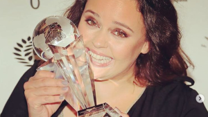 Shaila Dúrcal, muy contenta con su premio, no se tapa el dedo accidentado