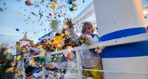 Tones de confeti envaixen Reus amb la gran batalla entre colles