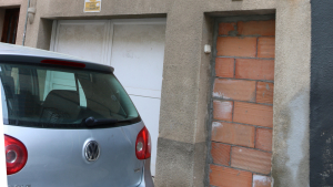Un edifici amb l'accés tapiat al carrer Colón de Valls