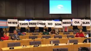 Un grup feminista ha protestat contra VOX a l'Eurocambra amb el mmissatge «els nostres dets no són negociables»