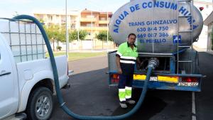 Un operari omple una cisterna del camió dipòsit que s'ha ubicat al pavelló per abastir els veïns d'aigua potable.