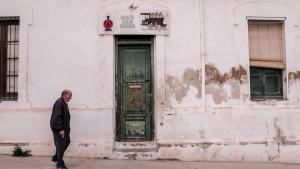 Un veí, passejant pel Barri Ferroviari de Sant Vicenç de Calders.