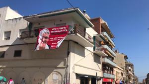 Una imatge de la pancarta vista des de la plaça de Mossèn Joaquim Boronat.