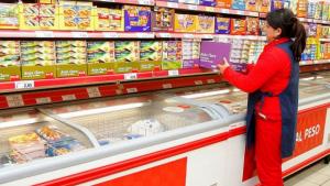 Una trabajadora reponiendo en un supermercado Dia