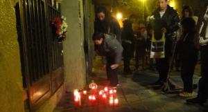 Veïns del Vendrell posen espelmes davant l'edifici on es va produir l'incendi mortal, el 26 de març del 2014.