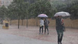 Viernes de paraguas y viento molesto en el litoral mediterráneo