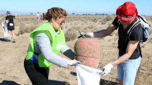 Voluntaris en la jornada de neteja d'una de les platges inclosa en la campanya 'Per un Delta Net'