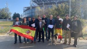 Vox va recollir signatures davant del camp de l'Espanyol.