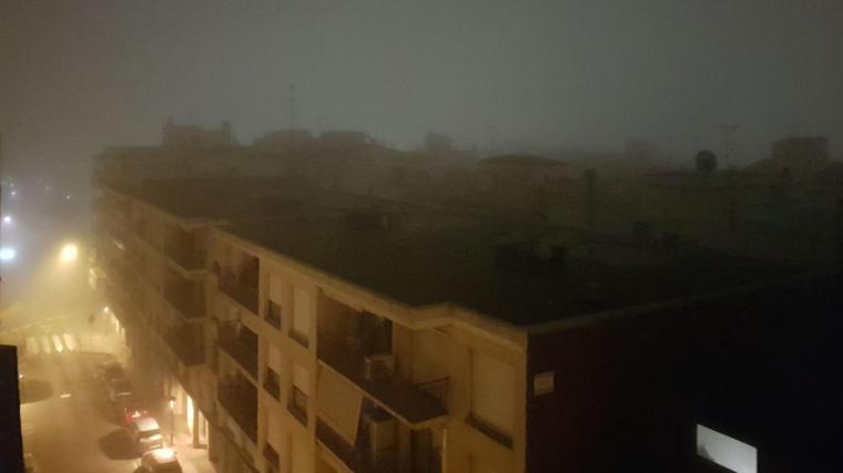 Els carrers de Cambrils també es van inundar de boira