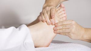 A la reflexología podal se le atribuyen diferentes beneficios para la salud.