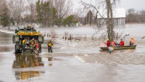 Acción conjunta de los bomberos con el ejército canadiense en la evacuación de Montreal y la construcción de diques