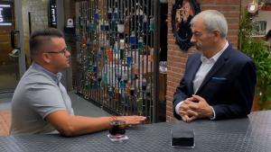 Alejandro Yeste i el presentador Carlos Sobera al programa 'First Dates'