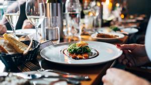 Cómo comer saludablemente en un restaurante