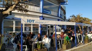 Desenes de clients s'han acostat aquest divendres al Iot Xiringuito i el Tòful de Mar per acomiadar-se, però els restaurants no encara no tancaran.