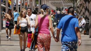 Diversos turistes al carrer Saragossa de Salou, en una imatge d'arxiu