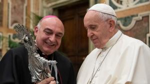 El bisbe Benavent li ha fet entrega d'una imatge de plata de la Cinta al papa Francesc