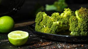 El brócoli es una verdura con múltiples propiedades y beneficios.