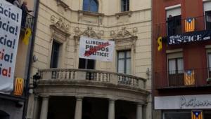 El cartell a favor de la llibertat dels presos, de nou, a l'Ajuntament de Berga