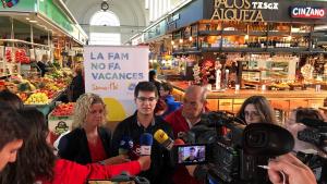 El coordinador del Banc dels Aliments a les Terres de l'Ebre, Òscar Ologaray, amb l'alcaldessa Meritxell Roigé i representants d'entitats socials