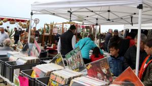 El Pleamar Vintage Market d'Altafulla reuneix melòmans que busquen discos de grups històrics