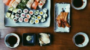 El wasabi suele ser consumido en compañía del sushi.