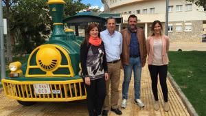Els alcaldes i les regidores de Turisme d'Ambdós municipis amb el trenet turístic que compartiran aquest estiu