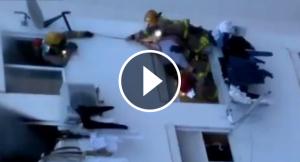 Els bombers han hagut de rescatar els veïns durant l'incendi de l'Hospitalet