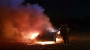 Els Bombers han treballat en l'incendi del cotxe al carrer de la Rasa d'en Solà del Vendrell
