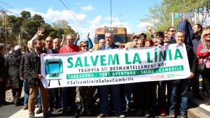 Els concentrats en el tall de la via de l'estació de Salou durant la protesta
