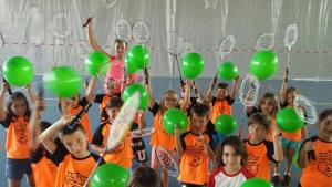 Els infants gaudeixen de les activitats d'estiu del PME de Valls.