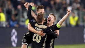 Els jugadors de l'Ajax celebren la seva classificació al Juventus Stadium.
