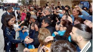 Els Reis i la Família Reial saludant les persones que van assistir a l'acte