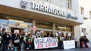 Els vigilants de Renfe a Tarragona han reclamat aquest matí més protecció laboral i un plus salarial de perillositat.
