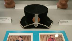 Entre els objectes exposats al grup de servei històric, un barret de l'època