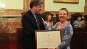 Entrega del títol de reconeixement a Margarida Aritzeta.
