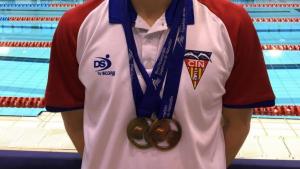 Ferran Siré posa amb les dues medalles guanyades en el Campionat