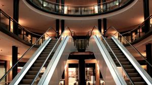 Imagen de las escaleras mecánicas de un centro comercial