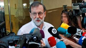 Imagen de Rajoy atendiendo a la prensa en su lugar de trabajo.