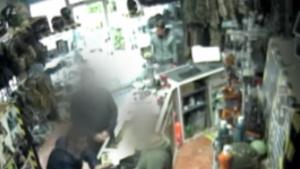 Imagen de una cámara de seguridad en la que aparece el asaltante