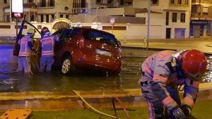 Imagen del vehículo accidentado dentro de la fuente de la rotonda
