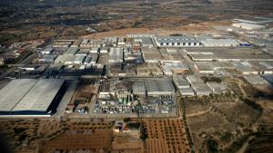 Imatge aèria del polígon industrial de Valls i de muntanyes al fons.